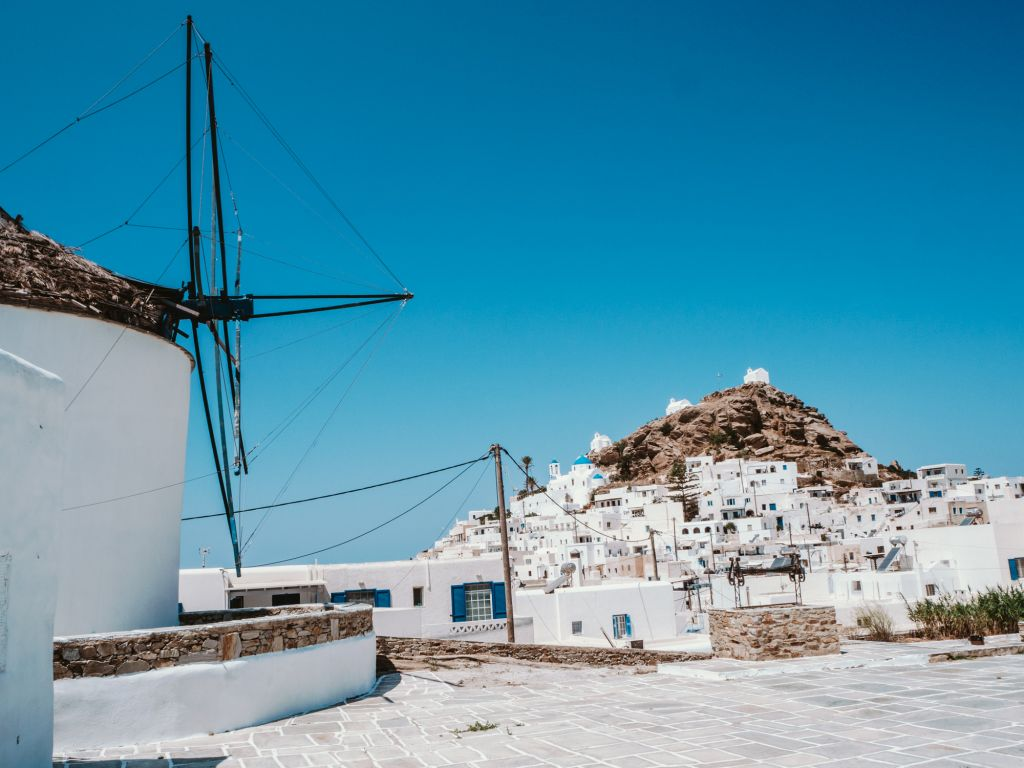 Mills and the chora Ios